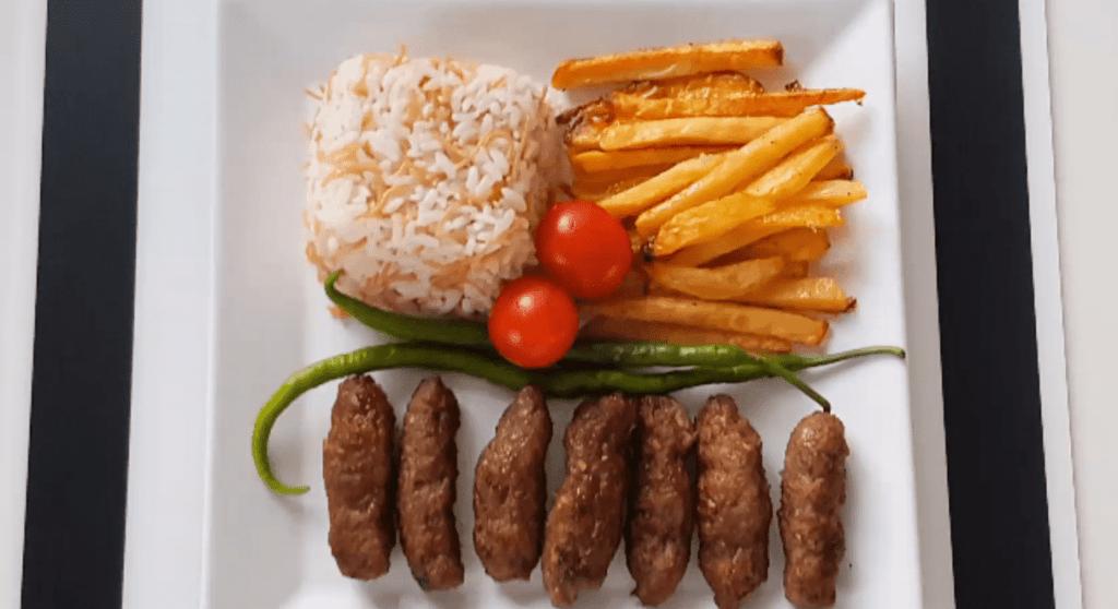 İnegöl Köfte Tarifi: walzenförmige Frikadellen - Rezept auf deutsch