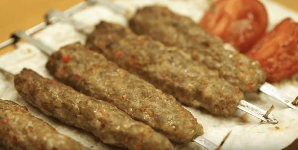 Adana Kebap Tarifi: Hackfleischspieße - Rezept auf Deutsch