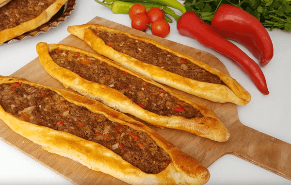 Kiymali Pide Tarifi: Fladen mit Hackfleisch - Rezept auf deutsch