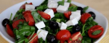 Roka salatası – Rezept für Rucola-Salat