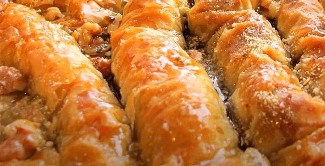 Das beste Baklava Rezept ist Geschmacksache: Am besten Baklava mit Pistazien und Walnüssen probieren und dann andere Nusssorten variieren.