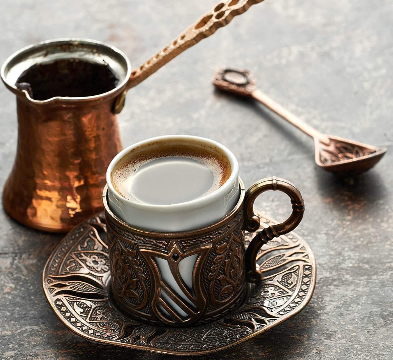 Mit einer türkischen Kaffeekanne gelingt türkischer Kaffee am besten.